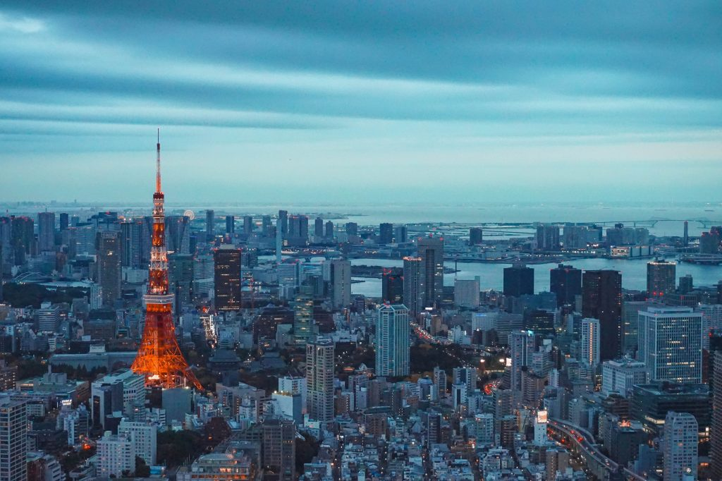 Вид на Tokyo Tower и город вокруг